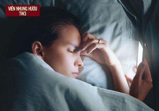 Thức khuya dùng điện thoại thường xuyên khiến mắt không khỏe, dễ bị hoa mắt