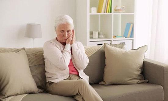 Vấn đề răng miệng cũng là một nguyên nhân khiến người già chán ăn