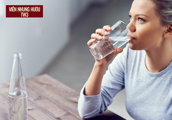 Bổ sung nước giúp máu lưu thông tốt hơn, giảm tình trạng hoa mắt tê tay