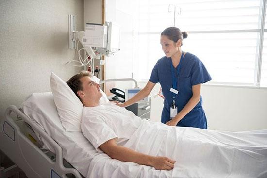 Điều chỉnh tư thế nằm phù hợp cho bệnh nhân sau phẫu thuật phù hợp tránh ảnh hưởng đến hô hấp