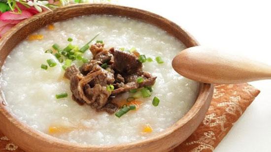 Cháo thịt bò cung cấp nhiều Sắt và Protein rất tốt cho sức khỏe người sau ốm