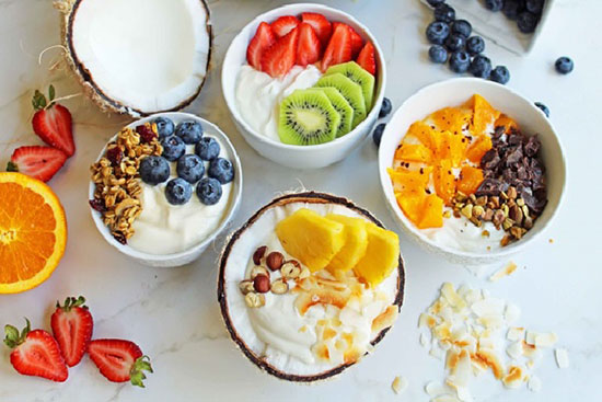 Ăn nhẹ trước khi tập với những món đơn giản như sữa chua với hoa quả