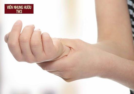 Cảm giác tê cứng ở tay khiến mẹ khó vận động hay bồng bế con