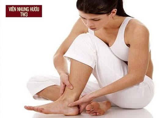 Thiếu canxi khiến mẹ sau sinh dễ bị tê nhức chân tay