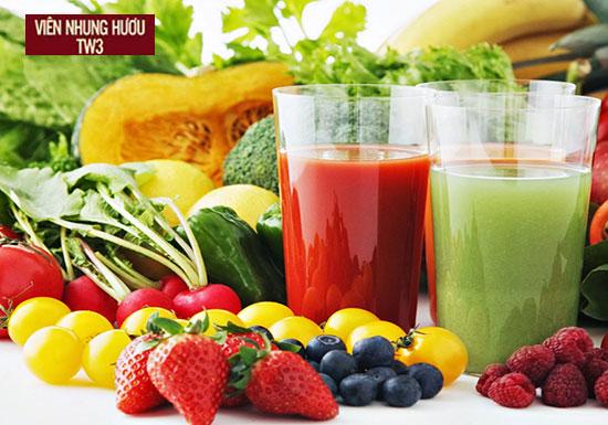 Uống nước ép từ các loại trái cây, rau củ quả giúp bù nước, cung cấp nhiều loại vitamin tốt cho người chơi thể thao