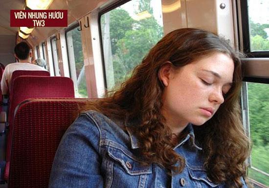 Người say tàu xe thường có biểu hiện hoa mắt buồn nôn, chóng mặt