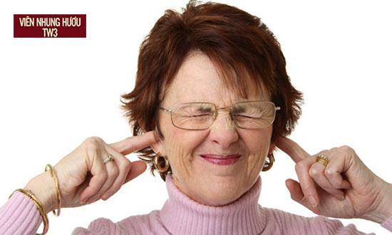Người già hay thấy hoa mắt chóng mặt ù tai
