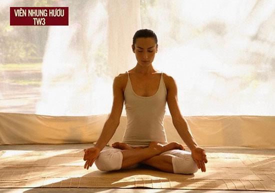 Ngồi thiền tại không gian thoáng, yên tĩnh. Bình tâm và thư giãn trong thời gian thiền.